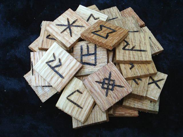 Northumbrian Oak Tile34 Rune Set